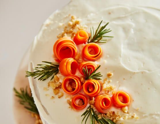 Orange floral toppings made of frosting on a cake.