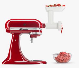 Una batidora KitchenAid color rojo cereza con el aditamento Molino de Carnes.