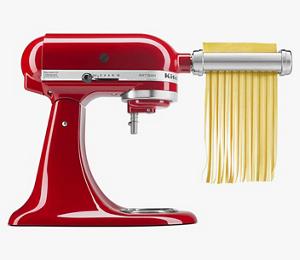 Una batidora KitchenAid color rojo cereza con el aditamento de Molino de Pasta.