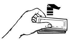 Retirez le couvercle de la lampe en verre en attrapant le bord avant et en tirant loin du four.