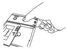 Ouvrez le distributeur d'agent de rinçage en poussant doucement vers le centre du couvercle avec votre pouce et en tirant vers l'extrémité.