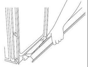 Alignez les charnières de porte avec les fentes à l'avant inférieur de la cavité du four à un angle de 45°.