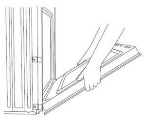 Fermez partiellement la porte pour engager les verrous de porte. La porte s'arrêtera à ce niveau.