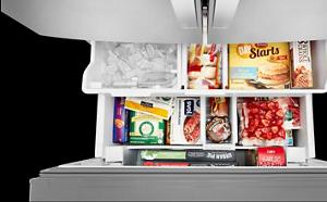 Tiroir-congélateur ouvert avec aliments et glaçons