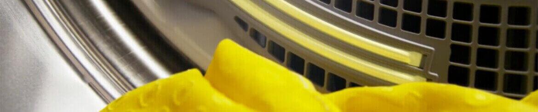 Interior de una secadora Whirlpool con una prenda color amarillo en su interior